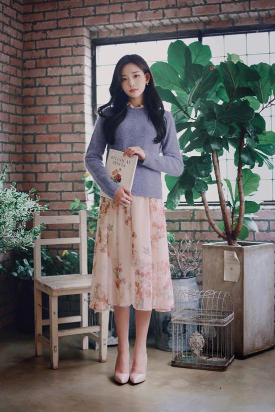 Khi tiết trời bắt đầu se lạnh, các mẫu áo len, áo dệt kim lại có cơ hội thể hiện sức mạnh của mình trong việc giữ ấm và tạo phong cách thu đông đúng điệu.