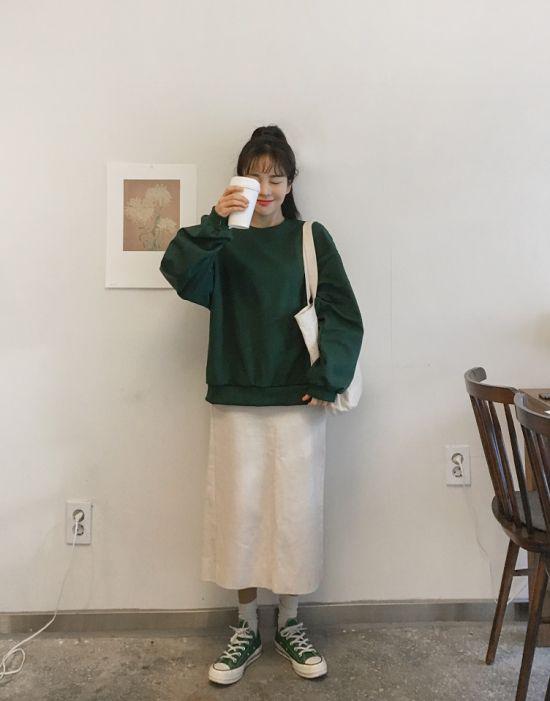 Ngoài áo len, các kiểu áo nỉ, áo hoodie vải dày cũng được chọn lựa để lên đồ khi dạo phố hay đến văn phòng ở mùa này.