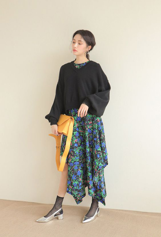 Cũng như áo len cổ tròn, dài tay, các kiểu áo nỉ cũng được kết hợp cùng các mẫu váy liền thân trên các chất liệu vải mềm mại thể hiện sự giao hòa cho phong cách hè - thu.