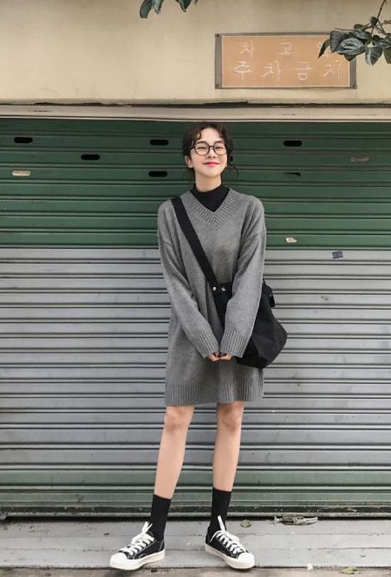Với trang phục len, các nàng vẫn có thể phối đồ để tôn nét trẻ trung khi khéo lựa các kiểu váy over size mix cùng giầy cột dây năng động.