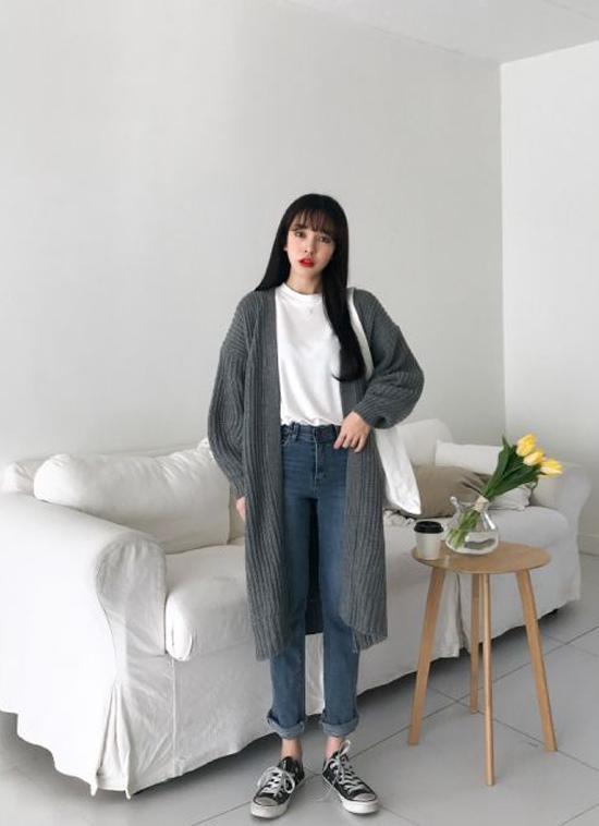Áo khoác dáng dài thường được kết hợp cùng các kiểu áo thun, quần jeans, giầy sneaker và túi tote tiện dụng.