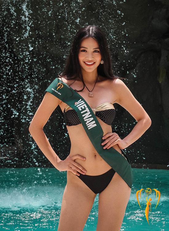 Ngày 12/10,Phương Khánh của Việt Nam và 89 thí sinh bước vào vòngthi Áo tắm. Các người đẹp mặc bikini giống nhau, tạo dáng trước hồ bơi ở khách sạn Diamond Hotel Philippines ở thủ đô Manila của Philippines.