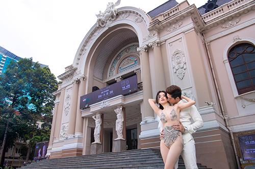 Cặp đôi tạo dáng gợi cảm trước nhà hát TP HCM.