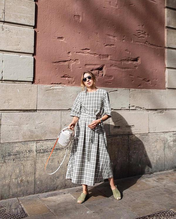 Tạm rời xa các kiểu blazer kẻ sọc mang lại hình ảnh quý cô công sở hiện đại là các mẫu váy thắt eo nhẹ nhàng trên hoạ tiết hot trend.