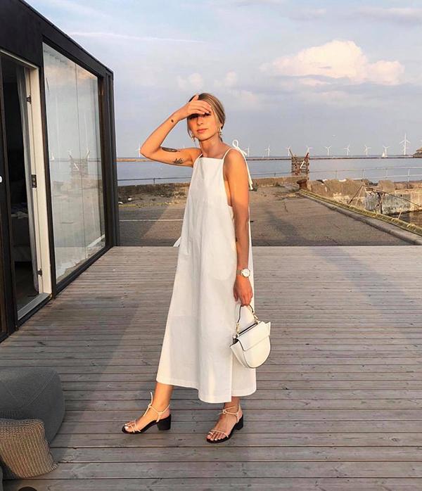 Váy hai dây và cut out khó chưng diện khi đi làm, nhưng nó lại là trang phục hợp lý để mặc khi đi dạo phố, mua sắm và cà phê vào ngày nghỉ.