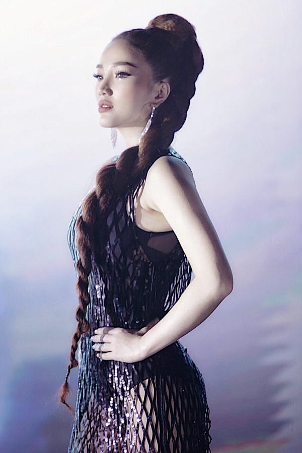 Trong MV do đạo diễn Khương Vũ thực hiện, Bảo Thy phải quay liên tục suốt 26 tiếng đồng hồ. Phần trang điểm, làm tóc và trang phục cũng được cô đầu tư kỹ lưỡng. Tất cả 10 bộ váy để quay MV đều thực hiện mới 100%, phù hợp cho các tạo hình khác nhau trong MV, đem đến sự ấn tượng cho khán giả theo dõi.