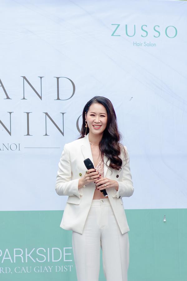 Xuất hiệntại sự kiện ra mắt salon tóc đầu tiên tại Việt Nam của chuỗi Zusso Hair Salon đến từ Nhật Bản, Tân Hoa hậu Phụ nữ Toàn thế giới 2018 (Mrs Worldwide)nổi bật vẻ quý phái.