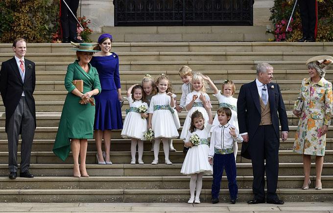Chiều 12/10, Hoàng tử George (5 tuổi) và em gái Charlotte (3 tuổi) cùng với 6 em bé khác xuất hiện ở đám cưới Công chúa Eugenie với thương gia buôn rượu Jack Brooksbank trong vai trò phù dâu, phù rể nhí. Hôn lễ diễn ra ở nhà nguyện St George thuộc Lâu đài Windsor. Trong khi các bé trai mặc áo trắng, quần navy thì các bé gái diện váy và giày trắng, cầm trên tay bó hoa nhỏ xinh.