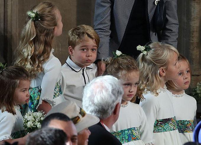 Trong khi Charlotte và các phù dâu nhí đứng bên cạnh vẻ mặt khá nghiêm túc, George tiếp tục có biểu cảm tinh nghịch trước ống kính.
