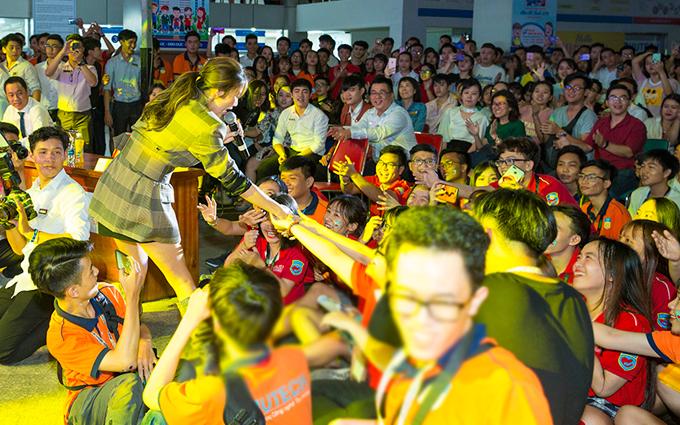 Nữ ca sĩ nhiệt tình bắt tay từng người để cám ơn tình cảm họ dành cho mình.