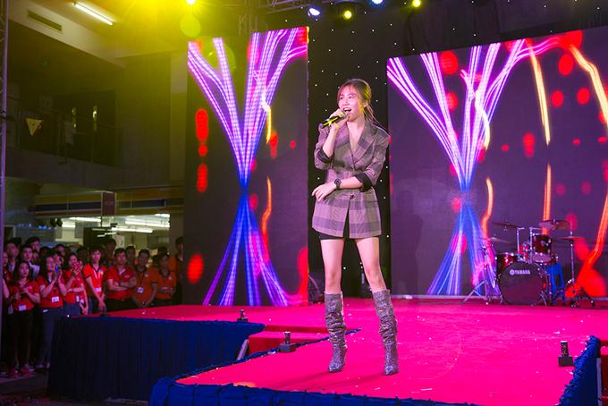 Khi xuất hiện trên sân khấu, Á quân Idol nhận được sự cổ vũ của hàng trăm sinh viên. Cô thể hiện các ca khúc gắn liền với tên tuổi như Nếu như anh đến, Let talk about love và bài hát mới Nghĩ về anh.