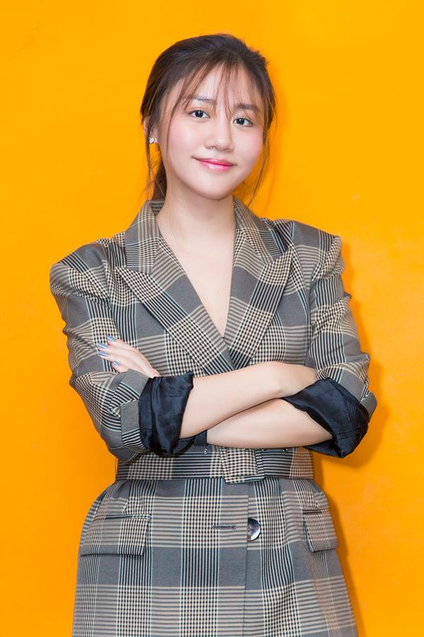 Mặc dù đôi mắt không được trang điểm nhưng Văn Mai Hương vẫn rất tươi tắn trong chương trình tối qua.