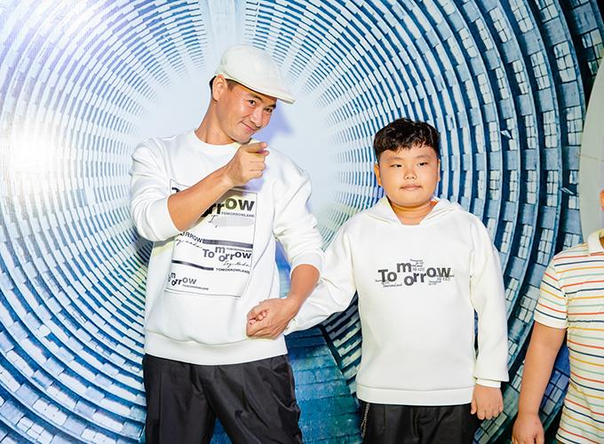 Tối 13/10, show thời trang mang tên Tomorrowland của một thương hiệu Việt diễn ra tại Hà Nội, quy tụ sự góp mặt của nhiều nghệ sĩ trên thảm đỏ. NSƯT Xuân Bắc đưa con trai - bé Bi - cùng dự sự kiện.