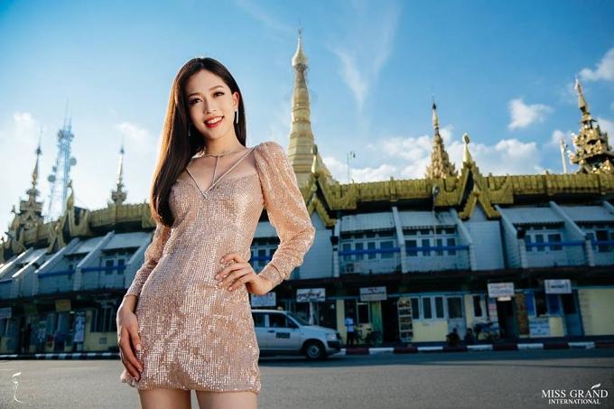 Bùi Phương Nga đăng quang Á hậu 1 Hoa hậu Việt Nam 2018, cao 1,78m và là sinh viên Đại học Kinh tế Quốc dân Hà Nội. Cô chỉ có khoảng 2 tuần chuẩn bị cho cuộc thi nhưng cố gắng thể hiện một hình ảnh năng động, trẻ trung. Với kết quả vào top 9 ảnh chân dung, Phương Nga sẽ có cơ hội cùng các thí sinh còn lại chụp ảnh trang phục bikini tại khách sạn Chatrium nổi tiếng.