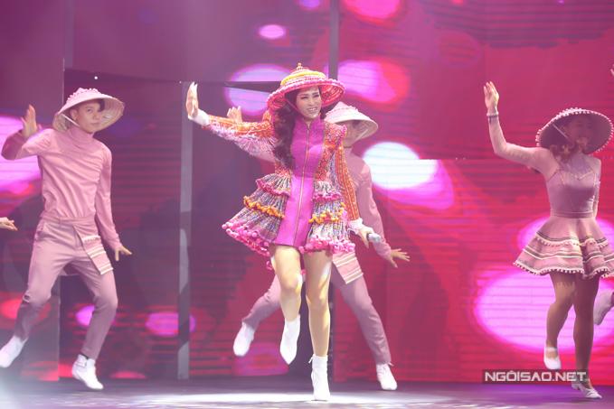 Đông Nhi biểu diễn cùng vũ đoàn loạt hit từ mới đến cũ. Trong đó có hai tiết mục cô đã diễn tại ASEAN - Japan Musics Festival 2018 là Nụ cười Việt Nam và Xin lỗi anh quá phiền. Cô tiết lộ sắp phát hành album vol.3 và thực hiện liveshow mang tên Ten on ten.
