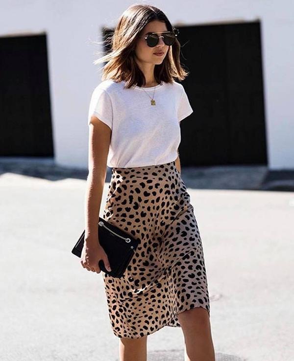 Những ngày đầu tuần, các nàng văn phòng thường phải tham gia các cuộc họp giao ban. Vì thế dù sành điệu đến đâu thì cũng không nên quá cầu kỳ trong cách ăn mặc. Áo thun trắng đơn giản, phối cùng chân váy họa tiết da beo vừa cá tính nhưng vẫn giữ được nét trang nhã.