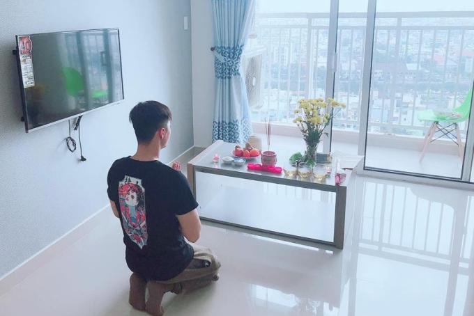 Lâm Vinh Hải thực hiện nghi thức cúng khai trương ở nhà mới.