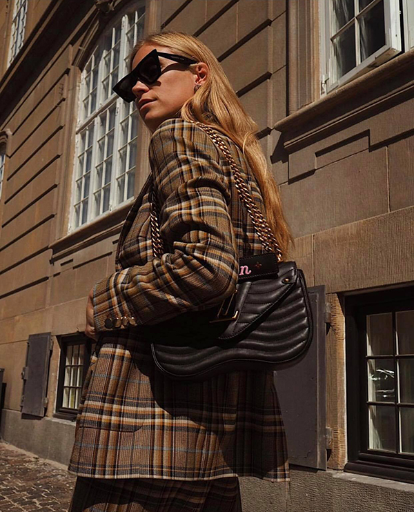Trong các trào lưu ăn mặc thịnh hành ở mùa thu 2018, trang phục kẻ sọc ca rô vẫn là mốt dễ áp dụng nhất. Bởi phong cách này luôn toát lên vẻ thanh lịch, phùhợp với các quý cô hiện đại.