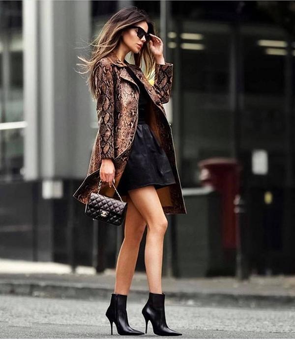 Nếu như da báo được sử dụng để tạo nên các mẫu váy đa phong cách thì da trăn lại được chọn để tạo nên các kiểu áo khoác và quần âu ống côn, quần ống suông.