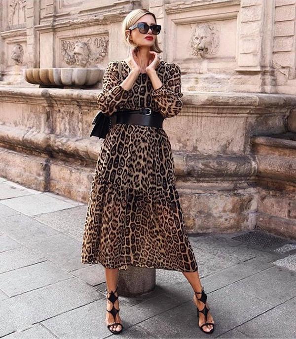 Váy da beo trên các chất liệu mềm mại như lụa, chiffon cũng là trang phục dễ sử dụng khi đến văn phòng.