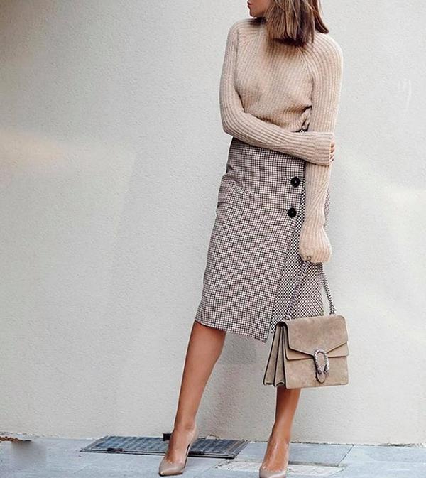 Set đồ dành cho các bạn thích thể hiện phong cách ăn mặc hợp mùa, hợp mốt với áo cao cổ dệt kim, chân váy gài nút cắt may trên chất liệu vải bố in họa tiết ca rô nhí.