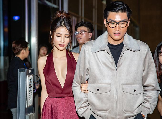 Nữ diễn viên được người mẫu Quang Đại tháp tùng dự show.