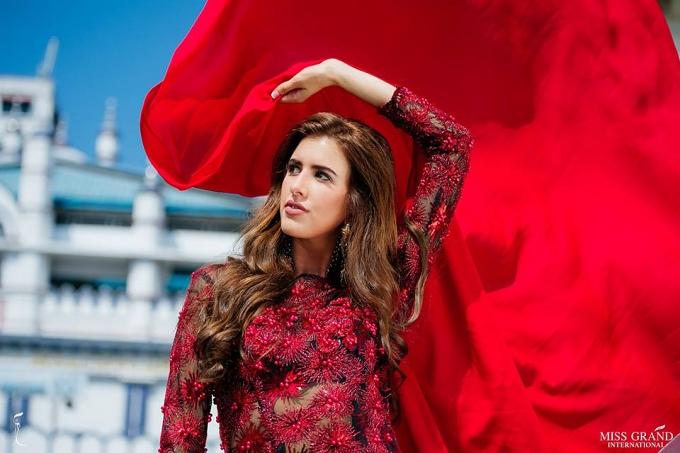 Patricia López Verdes - người đẹp Tây Ban Nha tạo dáng với chiếc khăn đấu bò tót nổi tiếng.