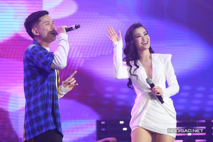 Đông Nhi thay nhiều trang phục trong buổi chiều 13/10. Cô có màn song ca cùng đồng nghiệp Hoàng Tôn.