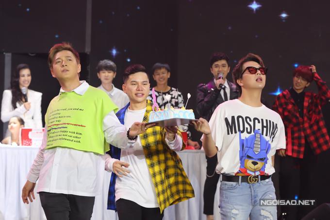 Diễn viên Duy Khánh (đeo kính) cùng bạn bè rước bánh kem, thực hiện nghi thức mừng sinh nhật Đông Nhi.