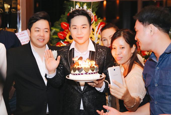 Quách Tuấn Du đội vương miện thổi nến mừng tuổi 37 bên những người bạn thân thiết.