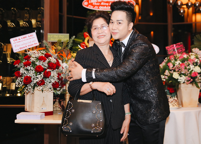 Mẹ anh hiếm hoi mới xuất hiện bên con trai. Quách Tuấn Du chia sẻ, mẹ anh sống giản dị, ngại bị chú ý.