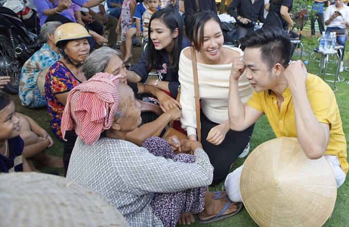 Trước đó một ngày, hôm 12/10 Quách Tuấn Du dành thời gian cùng Việt Trinh và Hoa hậu Quý bà châu Á 2016 Kim Nguyễn (áo màu kem) về Đồng Tháp trao quà từ thiện và giao lưu với bà con nghèo. Năm nào vào dịp sinh nhật, nam ca sĩ cũng tổ chức những hoạt động ý nghĩa để mừng tuổi mới.