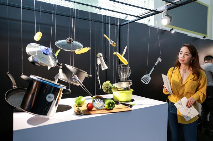 Ca sĩ Quỳnh Nga ấn tượng với các tác phẩm nghệ thuật sắp đặt hoàn toàn sử dụng những món đồ gia dụng quen thuộc.
