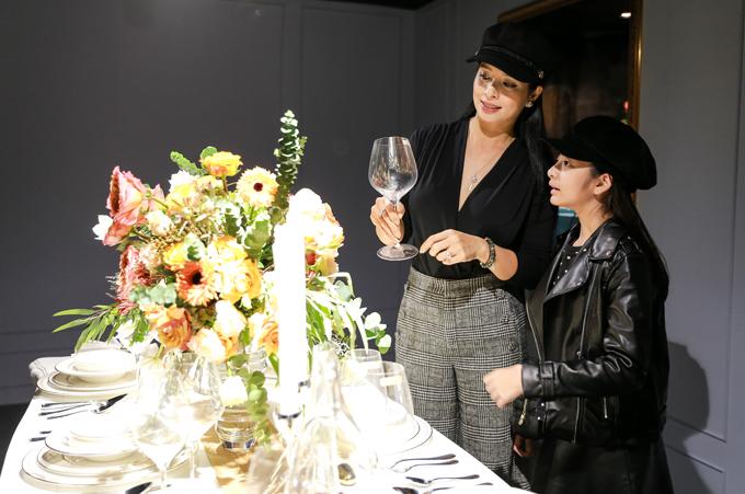 Tranh thủ dịp cuối tuần, Thuý Hằng đưa con gái út đến dự triển lãm Modern Life Exhibition về đồ gia dụng cao cấp tại Hà Nội. Cựu người mẫu diện trang phục sành điệu như con gái, thậm chí hai mẹ con còn sắm mũ đôi.