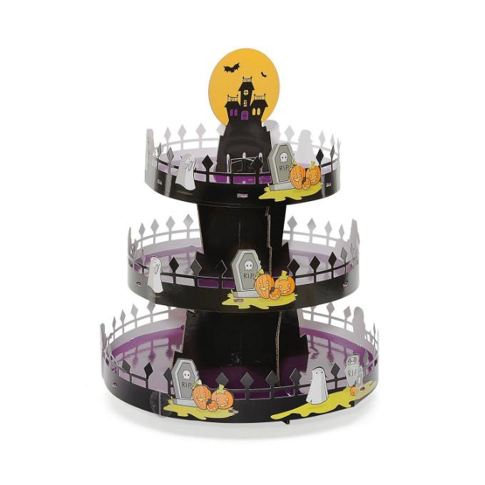 Tháp cupcake ba tầng(giá từ 591.000 đồng): Những bữa tiệc tối Halloween thì không thể thiếu những món bánh ngọt đặc trưng của Mỹ như cupcake, muffin... Sở hữu một chiếc tháp bánh ba tầng, bạn sẽ khiến bàn tiệc của mình trở nên thú vị và ấn tượng hơn.