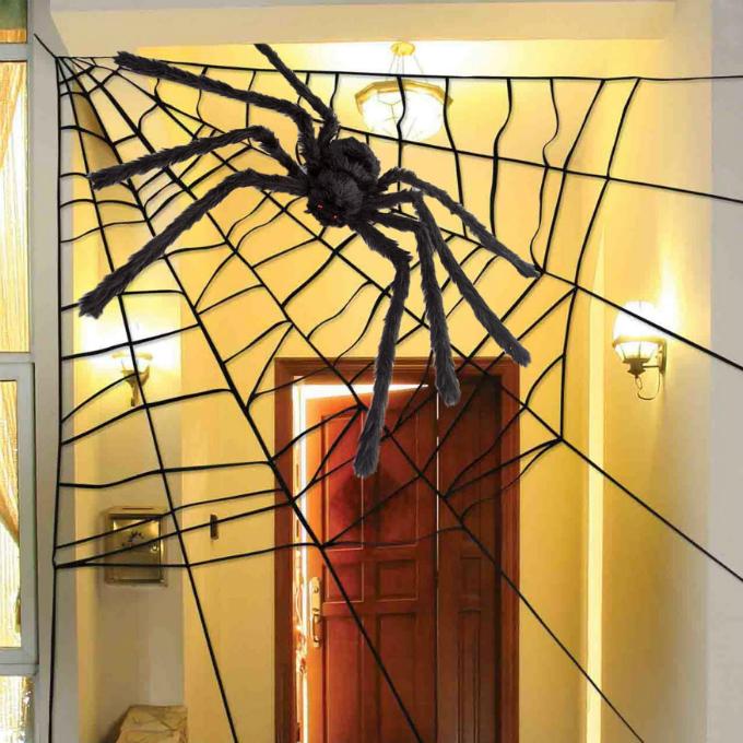 Bên cạnh các sản phẩm hóa trang, tại Fado.vn, bạn còn có thể tìm kiếm những món phụ kiện trang trí nhà, cho không gian đậm chất Halloween kiểu Mỹ. Sản phẩm sẽ có mặt tại gia đình bạn từ 10-12 ngày sau khi hoàn tất đặt hàng.Màn treo hình mạng nhện(giá từ 765.000 đồng):Chiếc mạng nhện này sẽ khiến cho phòng khách hoặc phòng ngủ của bạn thêm đậm tính rùng rợn. Kết hợp cùng vài quả bí ngô hình thù thú vị đặt bên dưới, khu vực này sẽ rấtthu hút các em nhỏ chơi đùa, tạo thêm sự mới mẻ cho không gian sinh hoạt chung của cả gia đình.