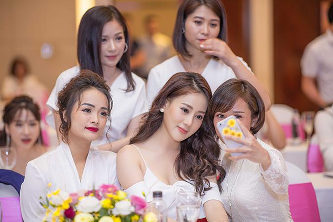 Tại sự kiện, Phương Oanh được nhiều người hâm mộ vây quanh và xin chụp hình cùng. Cô được khen xinh đẹp hơn so với vai diễn Quỳnh búp bê trong bộ phim truyền hình cùng tên đang gây sốttrên sóng VTV.