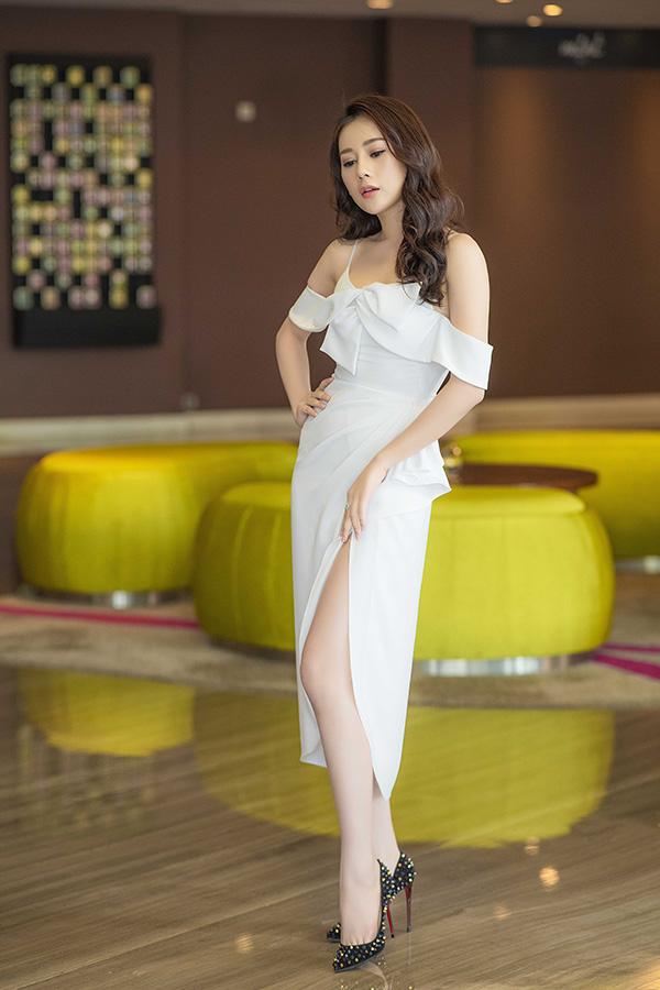 Phương Oanh khoe đôi chân dài nuột nà với váy xẻ cao của nhà thiết kế Lê Thanh Hòa và giày Christian Louboutin.
