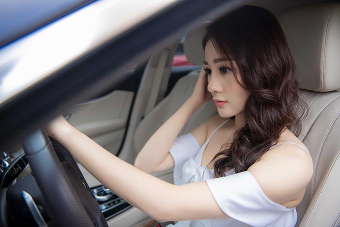 Nữ chính Quỳnh búp bê chỉnh trang nhan sắc trước khi bước xuống xe. Phương Oanh cho biết, cô luôn muốn có hình ảnh chỉn chu nhất mỗi khi xuất hiện.