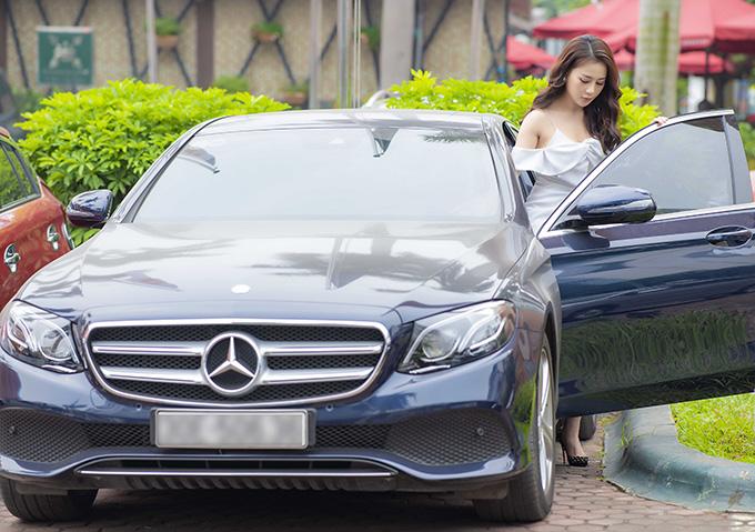 Nữ diễn viên từ chối tiết lộ giá trị của chiếc xế sang do mình sở hữu và chỉ cho biết đã tậu nó từ vài năm trước. Trên thị trường, chiếc xe này từng được bán với giá gần 3 tỷ đồng.