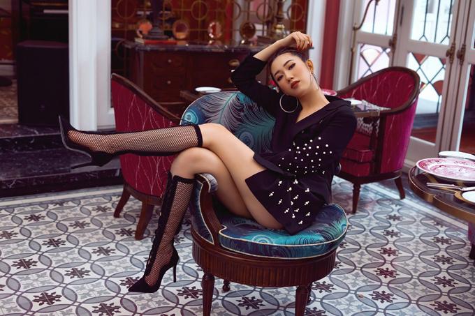 Bộ ảnh được thực hiện với sự hỗ trợ của nhiếp ảnh Peter Trần, trang điểm Trí Minh Chu, làm tócKen Huỳnh.