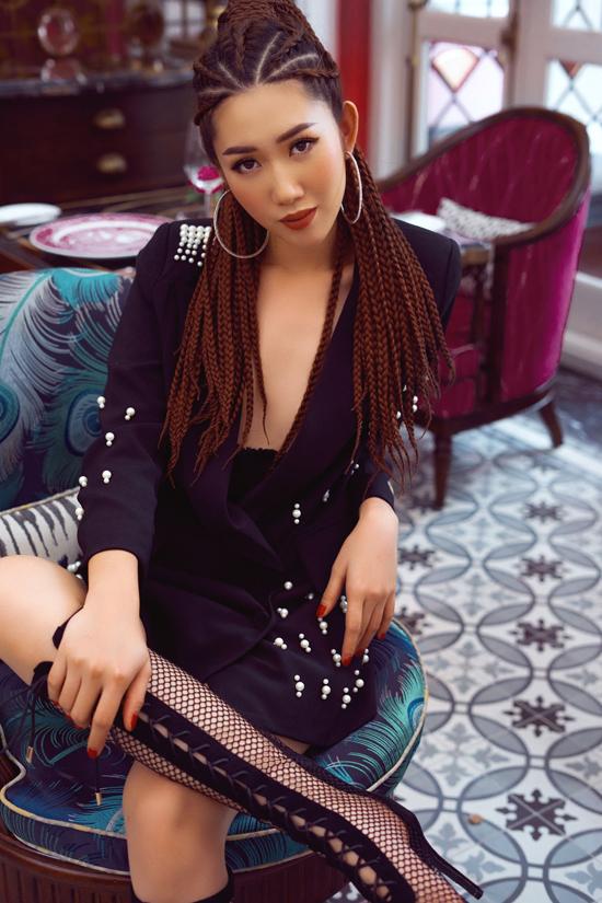 Thúy Ngân không có stylist riêng mà chỉ làm việc tự do với một số stylist khác nhau. Phong cách thời trang, phụ kiệnmỗi khi xuất hiện do chính côlên ý tưởng,bàn bạc với các cộng sự để lựa chọn.