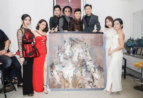 Các nghệ sĩ bên bức tranh.