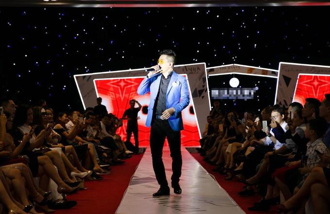 Tuấn Hưng xuất hiện bảnh bao với áo vest xanh, mắt kính màu vàng tại show thời trang nam mang tên Fashion & Beyond ở Hà Nội, chiều 14/10.
