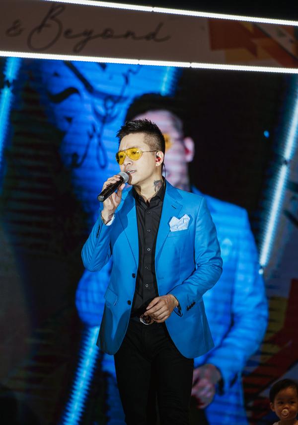 Tại sự kiện thời trang, Tuấn Hưng thể hiện hai ca khúc hit Tìm lại bầu trời và Nắm lấy tay anh.