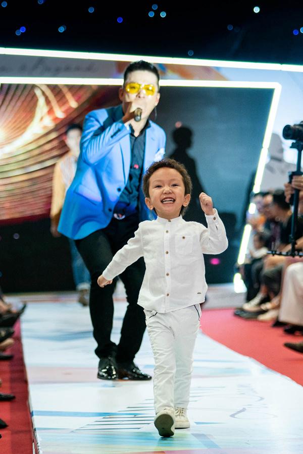 Giọng ca Hà Nội đưa theo con trai đầu lòng Su Hào tới dự chương trình. Cậu nhóc cười hết cỡ, tự tin bước trên sân khấu trong lúc bố biểu diễn.