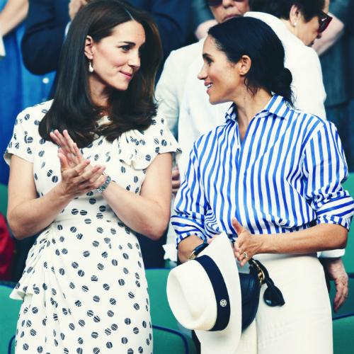 Kate và Meghan trò chuyện cùng nhau khi đi xem trận đấu trong khuôn khổ giải Wimbledon hồi tháng 7.Photo: Karwai Tang/WireImage.