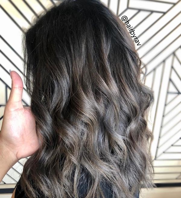 Sắc khói xám hợp với cả tóc thẳng lẫn tóc xoăn.