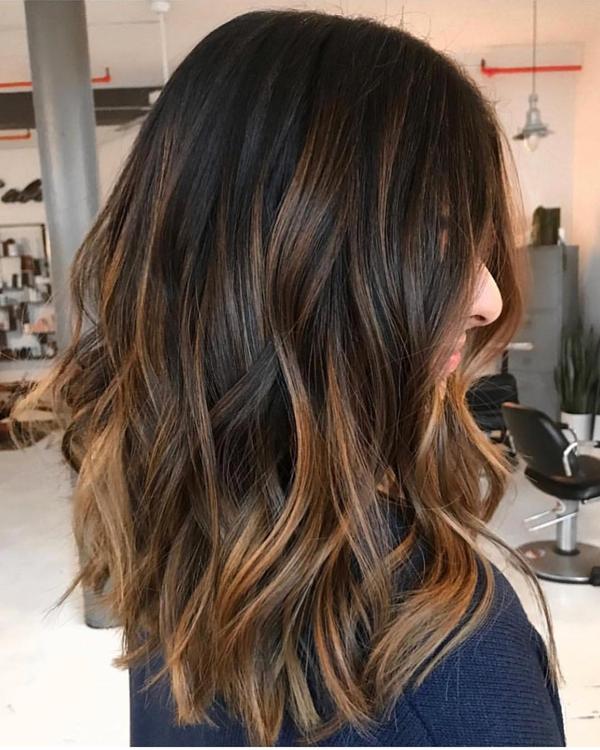 Bạn có thể pha ba màu đen, nâu vàng và vàng ánh kim để có được kiểu tóc cá tính và thời thượng.