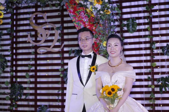 Tiệc cưới trang trí bằng chăn con công gợi nhớ thời bao cấp
